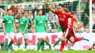 Düsseldorfs Kaan Ayhan bejubelt seinen Treffer zum 3:1-Endstand.