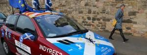 Dieser Autofahrer in Edinburgh ist deutlich sichtbar für ein zweites Referendum