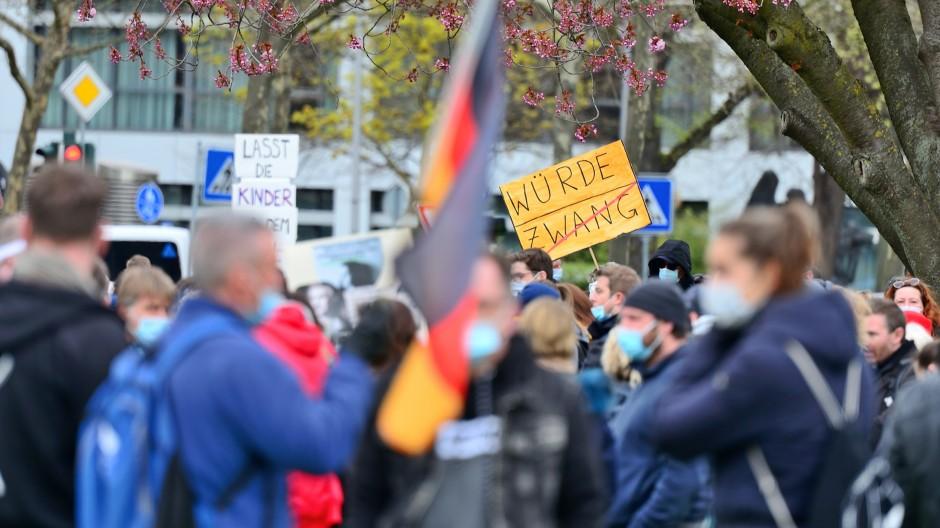 Versuchen, die Deutungshoheit zu erlangen: Teilnehmer einer Querdenken-Demonstration in Wiesbaden