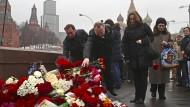 Trauer und Wut am Tag danach: Russische Bürger legen Blumen nieder auf der großen Moskwa-Brücke - dort wurde Boris Nemzow erschossen