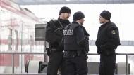 Die Terrorbedrohung bereitet den Deutschen die größte Sorge - hier sichern schwerbewaffnete Bundespolizisten den Münchner Hauptbahnhof nach einer Terrorwarnung.