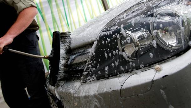 Vor der Führerscheinprüfung noch schnell das neue Auto waschen