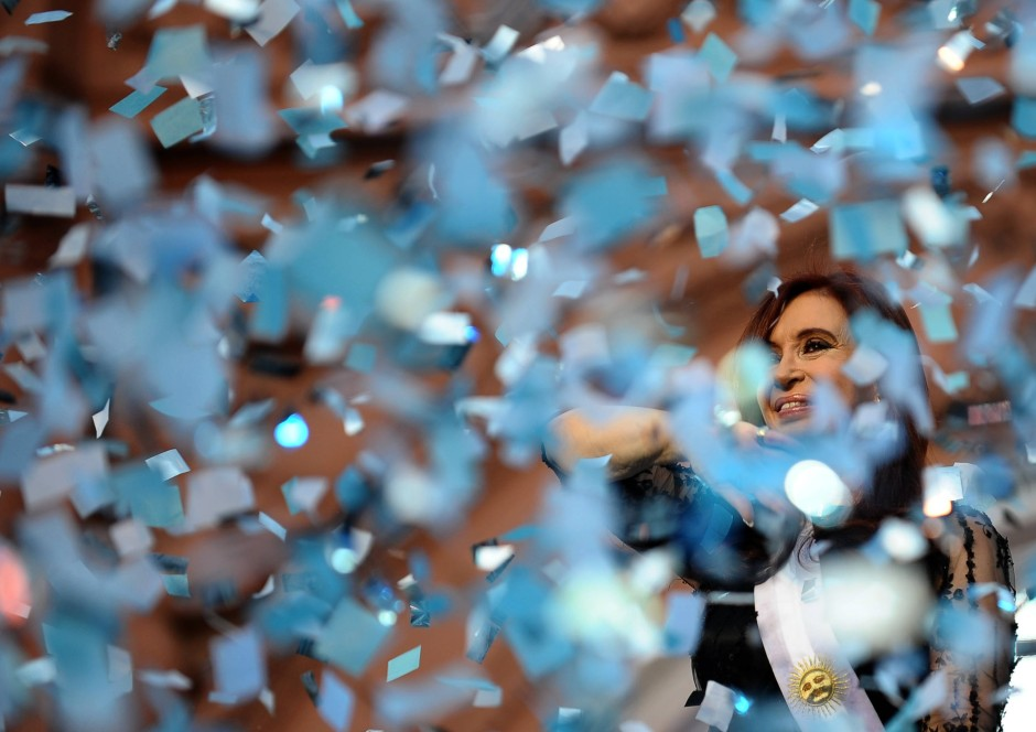Die Präsidentin im Konfettiregen in argentinischen Farben