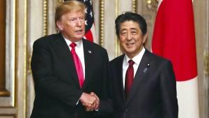 Shinzo Abe zieht die Augenbraue hoch