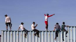 Erste Migranten erklimmen Grenzzaun zu Amerika