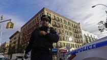 Ein New Yorker Polizist vor dem Wohnhaus des mit Ebola infizierten Ebola-Helfers