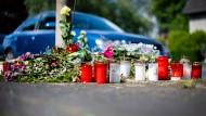 Mit Blumen und Kerzen erinnerte man am Unfallort an die unbeteiligte Frau, die ihren Verletzungen erlag.