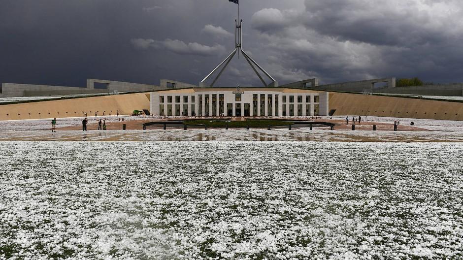 Canberra: Hagel liegt nach einem schweren Hagelsturm vor dem Parlamentsgebäude in der australischen Hauptstadt.