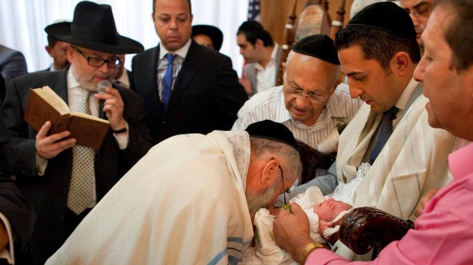 Das Ende der Beschneidungszeremonie: Rabbi Avrohom Cohn saugt das Blut von der Wunde