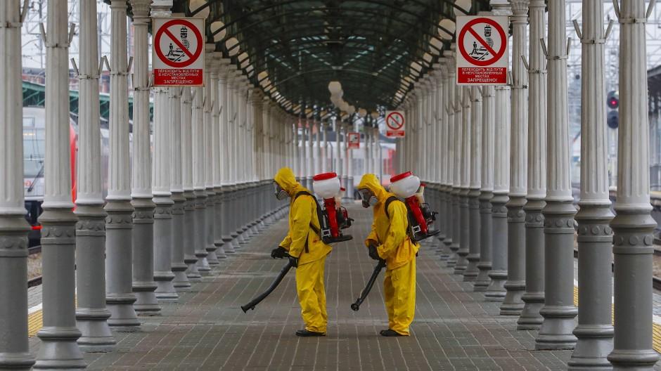 Arbeiter desinfizieren den Belarussischen Bahnhof in Moskau, am 11. Juni