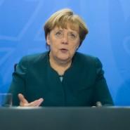In der Nacht zu Freitag verkünden Kanzlerin Merkel, Erwin Sellering (Ministerpräsident von Mecklenburg-Vorpommern, links) und Reiner Haseloff (Ministerpräsident von Sachsen-Anhalt, rechts) die Einigung auf eine Finanzreform.