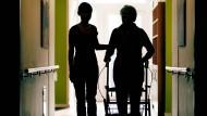 Wie sieht eine menschenwürdige Pflege aus? Diese Frage wird momentan kontrovers diskutiert.