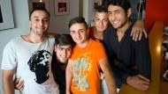 Filmemacher: Mahmoud Naderi, Mohammed Qasichani, Sami Azimi, Maruf Younisi und Sefat Sabiri (von links) haben einen Film über das Leben in den Flüchtlingsunterkünften gedreht.