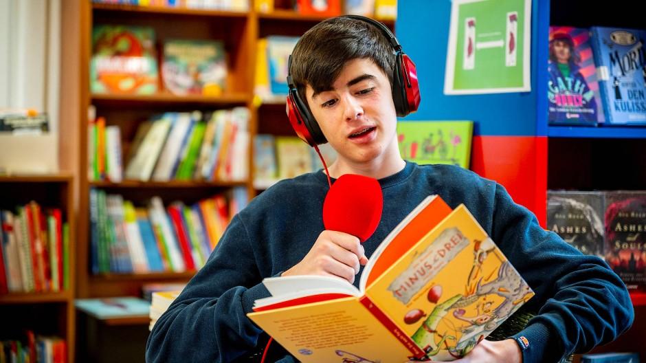 """Der 15 Jahre alte Lando liest für die """"Lesezeit für Kinder"""" des Kulturvereins Achterbahn."""