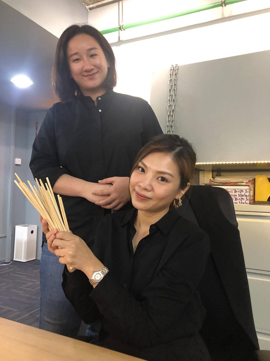 Evelyn Hew, rechts sitzend, und Hsu Hui En, Strategin von ChopValue Singapore.