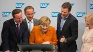 Angela Merkel beim Cebit-Rundgang im vergangenen Jahr.