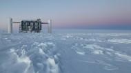 Das IceCube Experiment zur Beobachtung kosmischer Neutrinos befindet sich nahe der Amundsen-Scott Südpolstation.