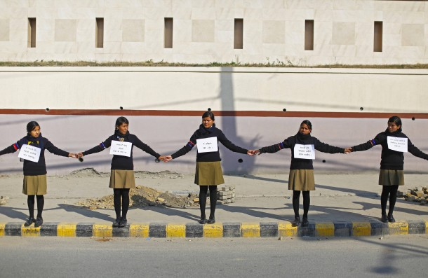 24. Dezember 2014: Nepalesische Schulmädchen bilden ein Menschenkette für den Erhalt der Staatsbürgerschaft. In Nepal kann Kindern der Pass vorenthalten werden, wenn der Vater Ausländer ist. Organisationen hatten zu Protesten aufgerufen.