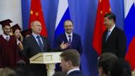 Putin inszeniert sich und spricht bei der Verleihung der Ehrendoktorwürde der Staatlichen Universität Sankt Petersburg an Xi Jinping.