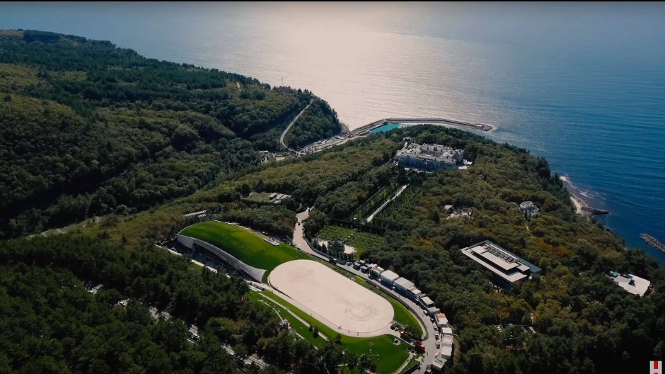 """Drohnenansicht von """"Putins Palast"""" an der Schwarzmeerküste aus einem von Alexej Nawalnyj produzierten Youtube-Video"""