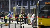 Rettungskräfte stehen nach den Schüssen in Utrecht vor der Straßenbahn, in der sich die Tat ereignete.