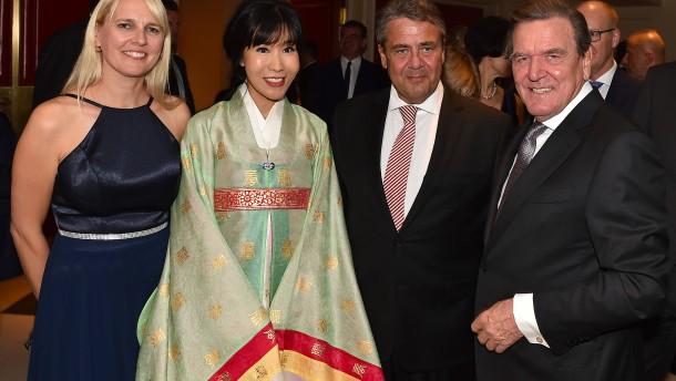 Altkanzler Schröder feiert Hochzeitsparty mit Politprominenz
