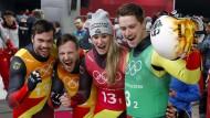 Die deutsche Rodler dürfen sich auch im Staffel-Wettbewerb über Gold freuen.