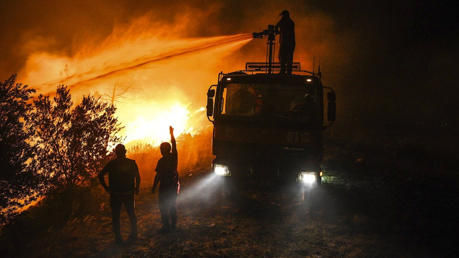 Einsatz in Kirli: Feuerwehrleute versuchen ein Feuer in der türkischen Provinz Antalya unter Kontrolle zu bringen.