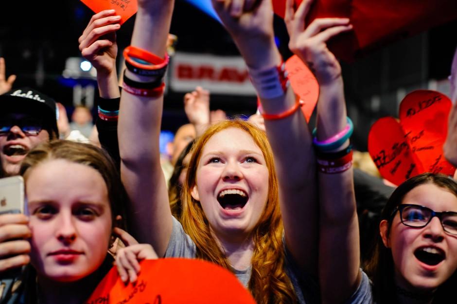 Junge Fans auf einem Konzert der Lochis 2017