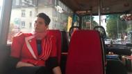 Julia Blawert und ihr Kollege Till Korfhage fahren mit einem alten Bus durch Frankfurt, um neue Plätze zu entdecken und Menschen zueinanderzubringen.