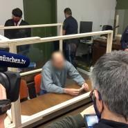 Der Angeklagte sitzt zum Prozessauftakt im Landgericht München I.: Ihm wird vorgeworfen, seine Frau und seine Stieftochter getötet zu haben.