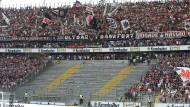 Wir müssen draußen bleiben: Der Stammplatz der Ultras bleibt an diesem Samstag leer, auch ein ausweichen auf andere Blöcke soll es nicht geben.