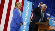 Bei einem gemeinsamen Wahlkampfauftritt am Dienstag legt sich Senator Bernie Sanders für seine einstige innerparteiliche Rivalin ins Zeug.