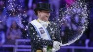 In Champagnerlaune: Isabell Werth nach ihrem Triumph in Omaha