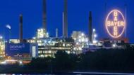Das Bayer-Kreuz leuchtet auf dem Werksgelände des Chemie- und Pharmakonzerns in Leverkusen.