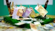 Ein Modell, bei dem gewaschene Geldscheine auf einer Leine hängen, von der Financial Intelligence Unit (FIU).