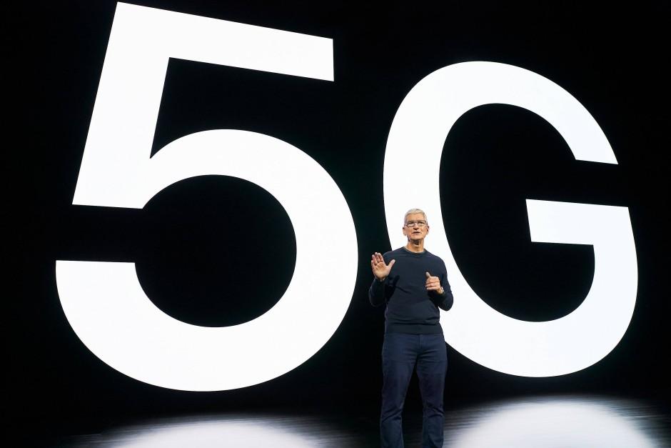 Apple-Chef Tim Cook stellt die erste iPhones mit 5G-Standard vor.