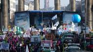 """Anlässlich der Agrarmesse """"Grüne Woche"""" demonstrieren Zehntausende Menschen in Berlin für mehr Umwelt- und Tierschutz."""
