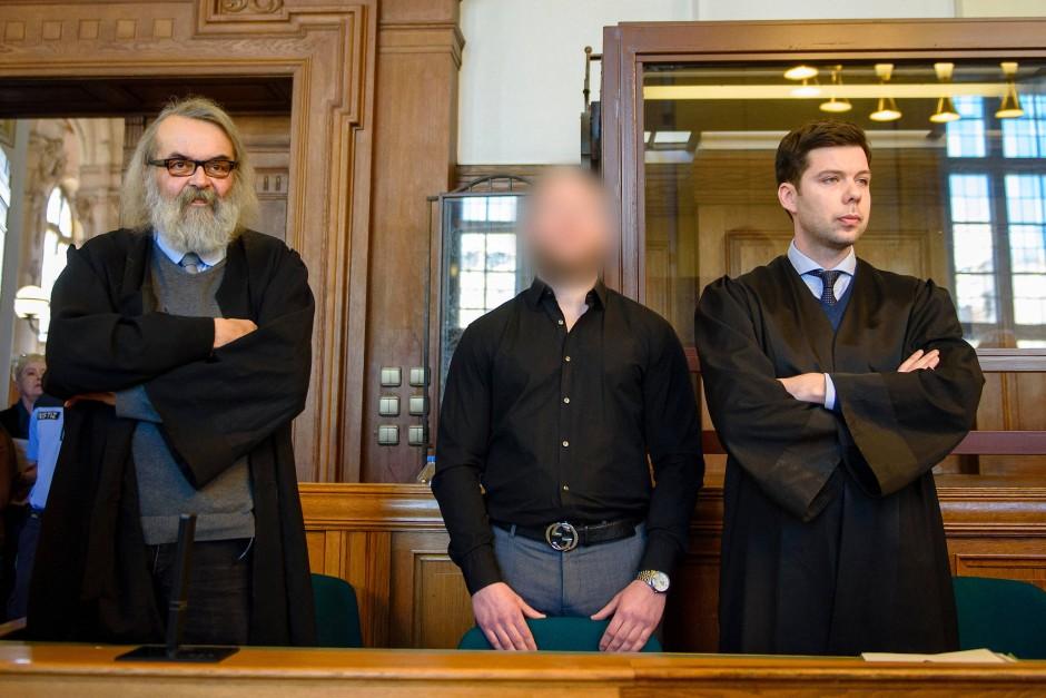 Marvin N. im Landgericht in Berlin am Montag zwischen seinen Anwälten