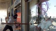 Ausnahmezustand in Genua: Beim G-8-Gipfel 2011 kam es zu zu schweren Auseinandersetzungen, hier versucht ein Demonstrant, die verbarrikadierte Tür einer Bank aufzubrechen.