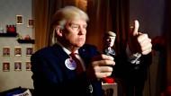 Wachsfigur: Ein Künstler mit einer Donald-Trump-Maske posiert in Madame Tussaud's Wachsmuseum in Berlin