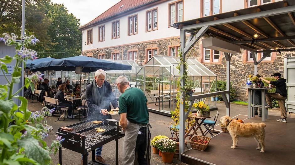 """Pop-up-Gastronomie: Die """"Wirtschaft im Hof"""" auf einem früheren Parkplatz im Fronhof am Hanauer Schlossplatz"""