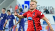 Marcel Titsch-Rivero schießt den Siegtreffer für Heidenheim gegen Aue.