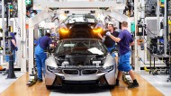 BMW-Mitarbeiter arbeiten in der Produktion des BMW i8 im BMW Group Werk Leipzig.