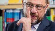 Mit dem Finger auf die Union zeigen: Martin Schulz attackiert Kanzlerin Merkel und ihre Partei.