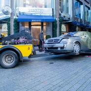 Düsseldorf: Das Tatfahrzeug wird nach einem Überfall auf die Filiale der Schweizer Luxusuhrenmanufaktur Breguet abgeschleppt