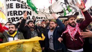 Tausende protestieren gegen türkischen Militäreinsatz