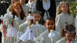 Das Kreuz mit den Kindern und der Kirche