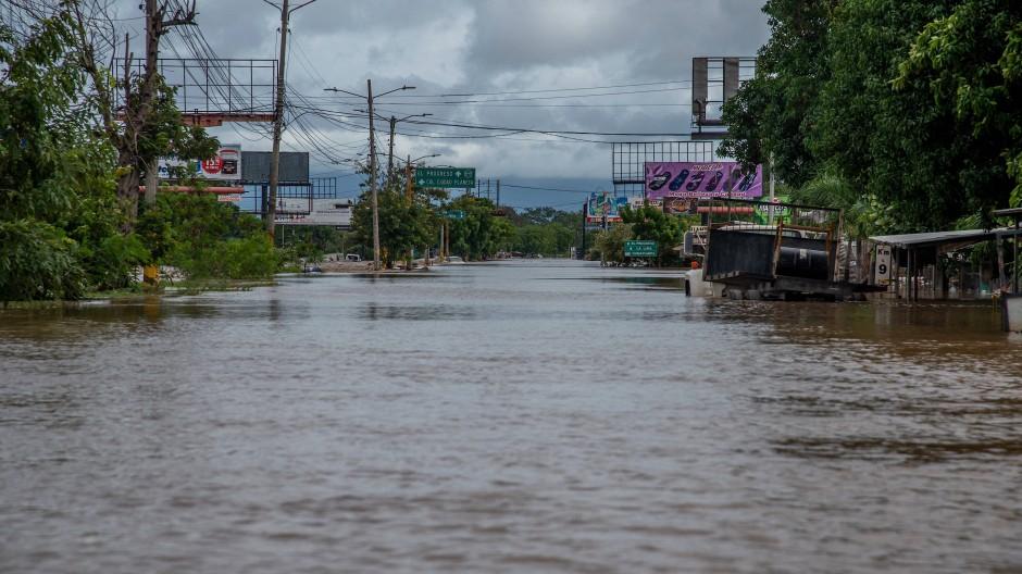 """Hier fahren eigentlich Autos entlang: San Pedro Sula, Honduras, hat """"Iota"""" eine Straße überschwemmt."""