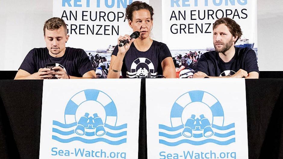 Drei Mitglieder von Sea-Watch bei einer Pressekonferenz am 2. Juli 2019 in Berlin.